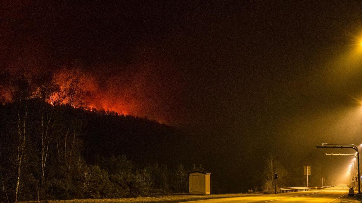 På heia mellom Kvinesdal og Lyngdal brenner det fremdeles godt og fra E39 ser man tydelig skogbrannene som holder på natt til onsdag.