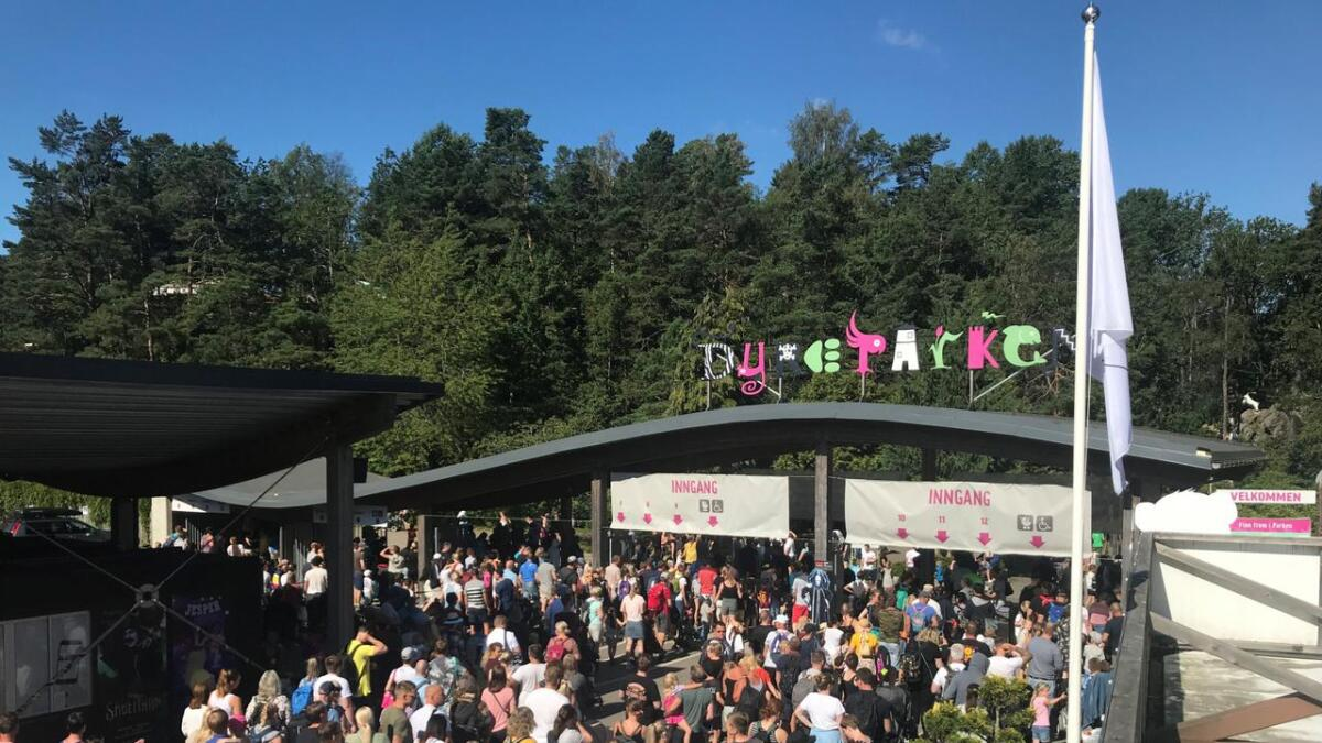 Når 22.000 mennesker skal inn portene i Dyreparken, kan det bli litt kø.