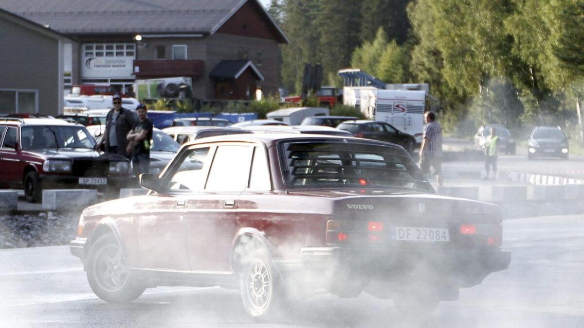 Denne Volvo 240'en får utvilsomt prøvd seg i «Rådebank». Mandag kveld ble det skutt actionscener til NRK-serien i Bø der et stort produksjonsteam, skuespillere og mange statister var på plass.