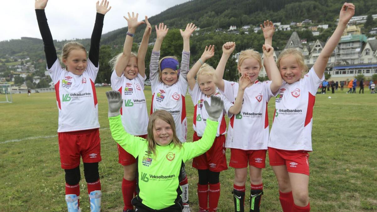 Desse jentene jubla under Voss Cup 2018 då dei spelte fotballkamp mellom Bjørgum kvit og Voss lilla. Slike foto er kjekke å få inn til konkurransen.