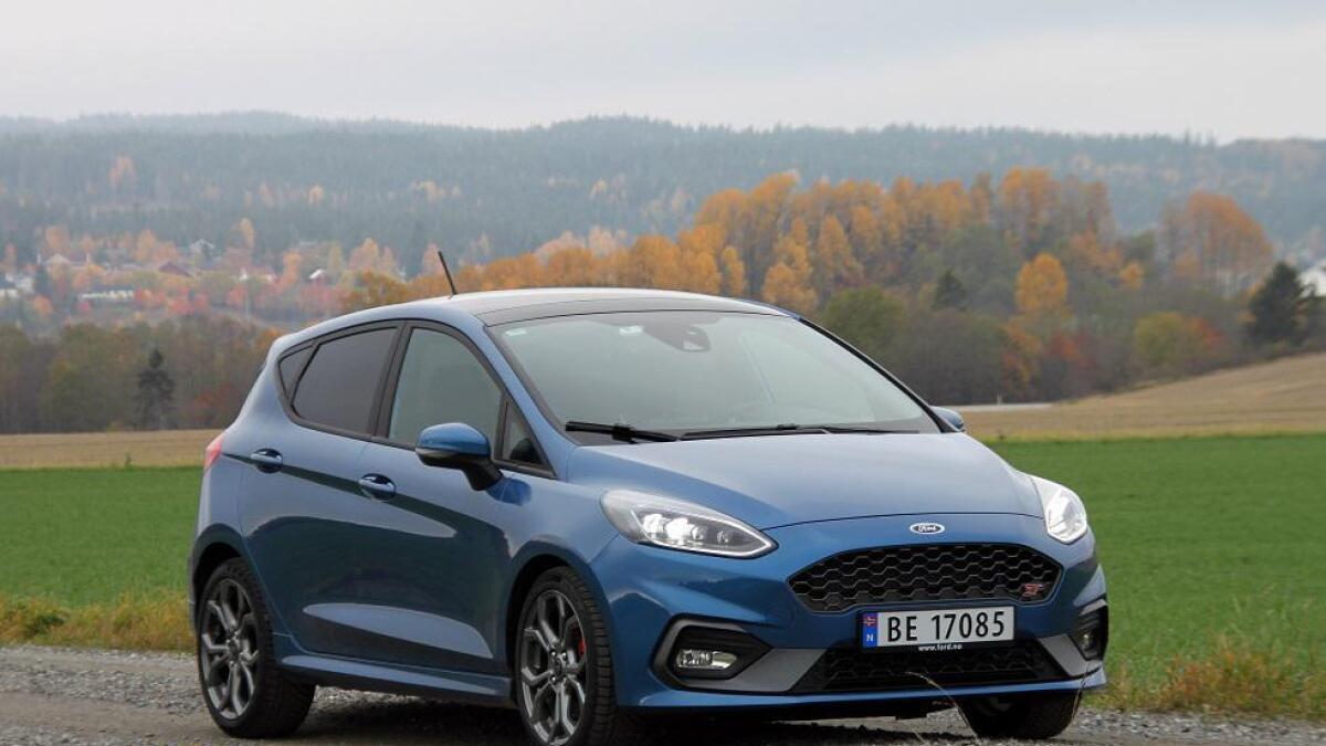 Ford Fiesta ST ser ganske streit ut, men den bjeffer ut en hissig lyd og har festlige kjøreegenskaper.