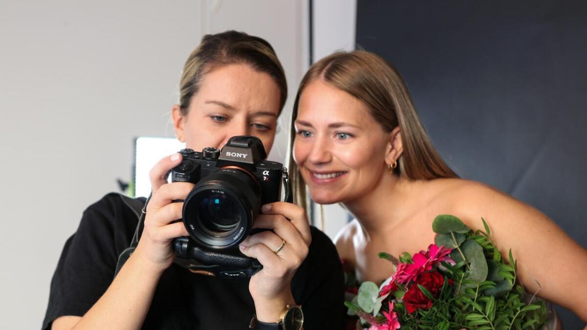 Anette Sydnes Salomonsen (til h.) ser på bileta saman med fotograf Ingrid Kvernenes Misje.