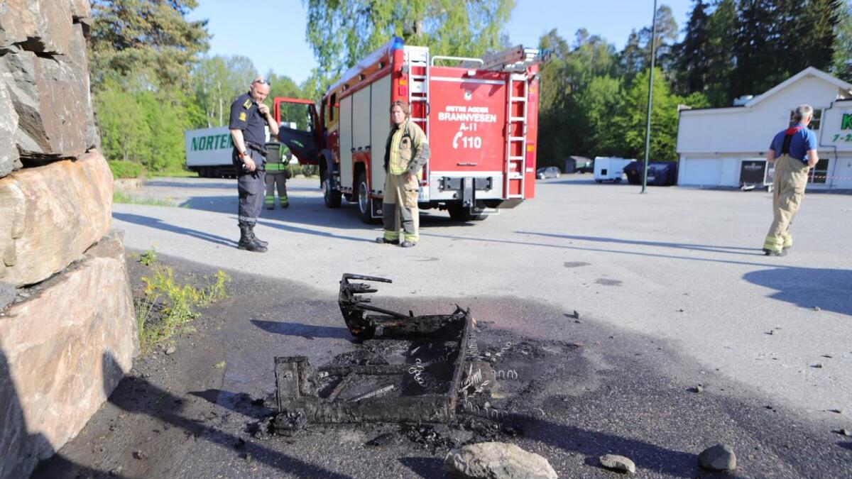 Brannvesenet måtte slukke brann i en sofa på utsiden av Saltrød senter søndag kveld.