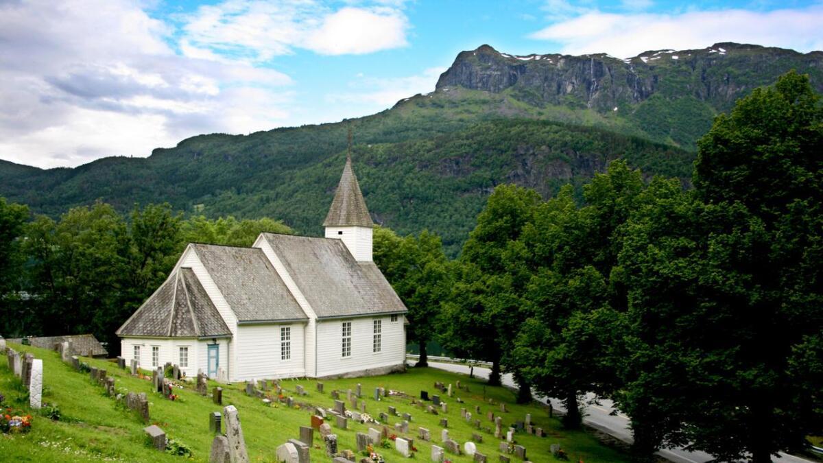 Riksvegen går tett inntil Granvin kyrkje, i ein uoversikteleg sving.