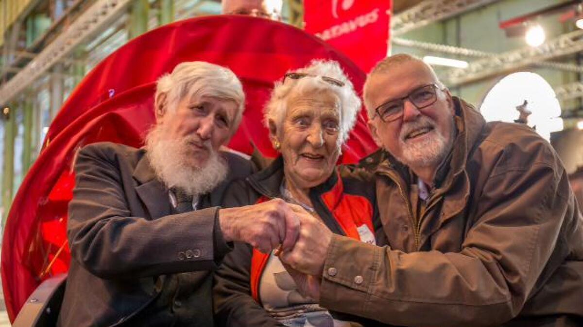 Kjell Sjursen og to av hovedpersonene under premieren på filmen i København. – Det er blitt en fantastisk dokumentasjon av turen til Arendal.