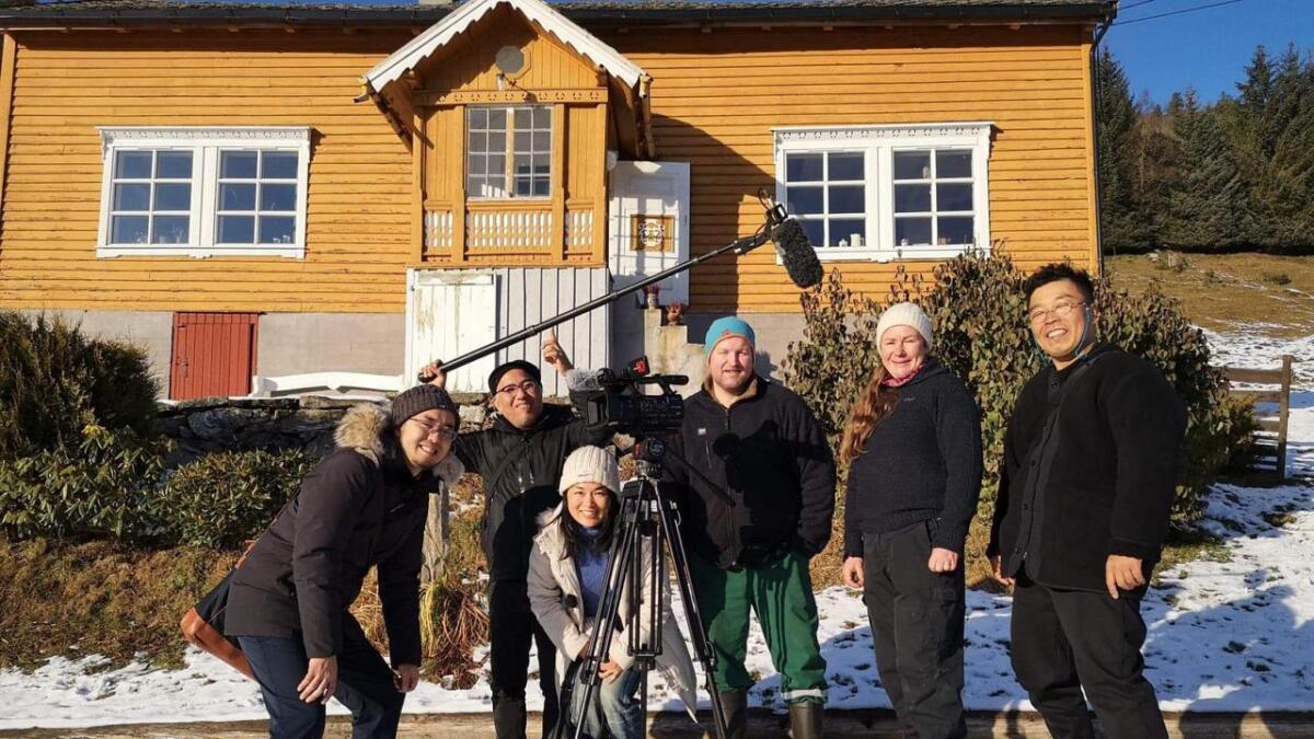 Det nasjonale japanske TV-selskapet NHK var torsdag på besøk på Tveite Gard på Vossestrand. Dei er i Noreg i høve den nye animasjonsfilmen Frost 2 for å laga reportasjar om korleis det er å bu og leva i eit land som Noreg som har så mykje snø, is og kulde.