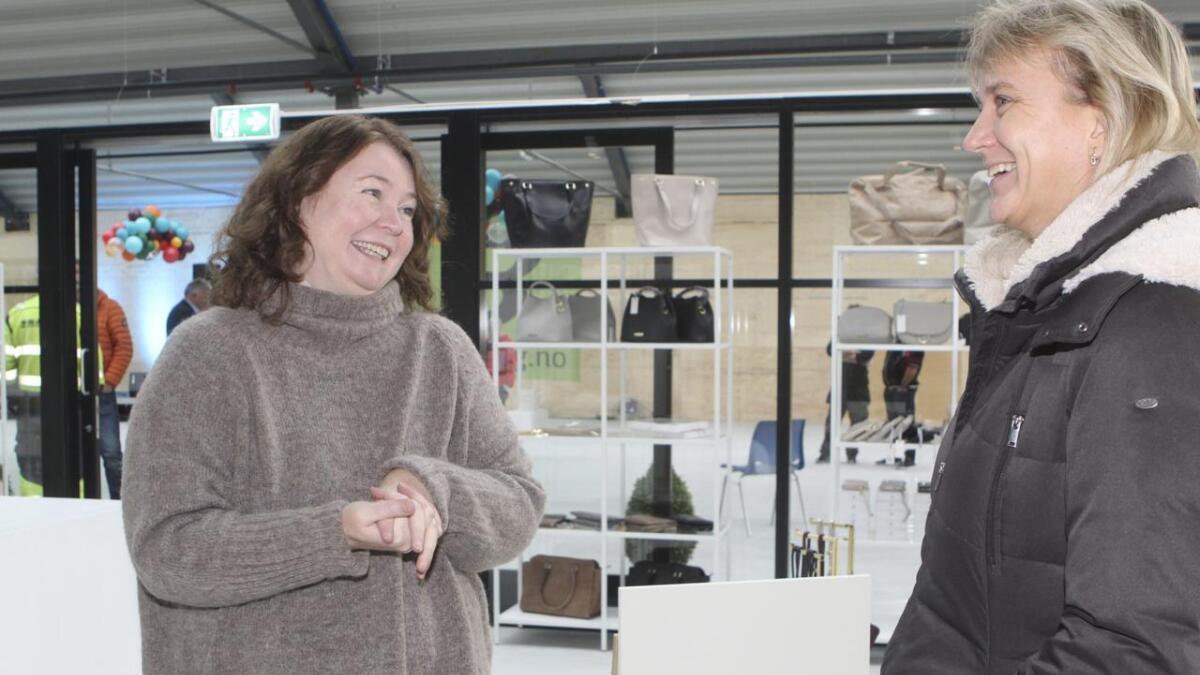 Astri Samnøy (t.v) ynskjer Tove Hjartnes Fosså (dagleg leiar i Fusa kraftlag) velkomen til butikken «Welcome Home».
