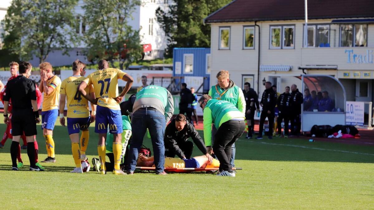 Daniel Aase ble skadet etter en snau halvtime. Det skal ikke dreie seg om noen alvorlig skade for midtbanespilleren.