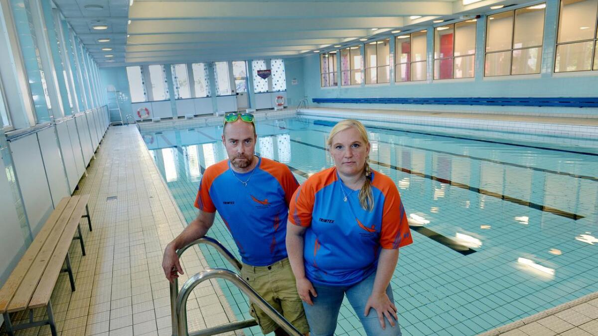 Leder i Arendal Svømme- og Livredningsklubb, Beate Hvideborg Boye, og styremedlem Stein L. Aanonsen etterlyser bedre forhold og mer tid i svømmehallene i Arendal.