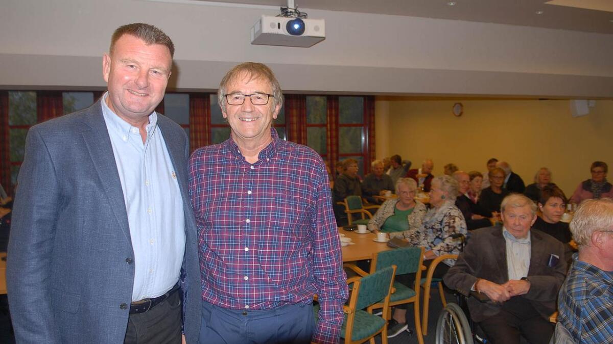 Leiaren i Bygland helselag, Arve Rauk (t.h.) sa at han hadde valt i øvste hylla då han hadde sikra seg NRK-journalisten Jon Gelius som kåsør på kulturkaféen på Byglandsfjord.