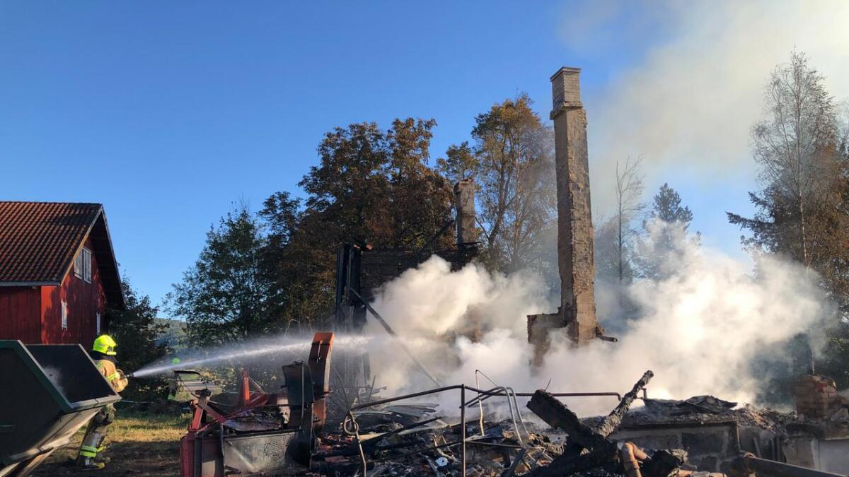 Søndag formiddag drev brannvesenet fortsatt etterslukking etter den store brannen på Dagsrud  i Ulefoss.
