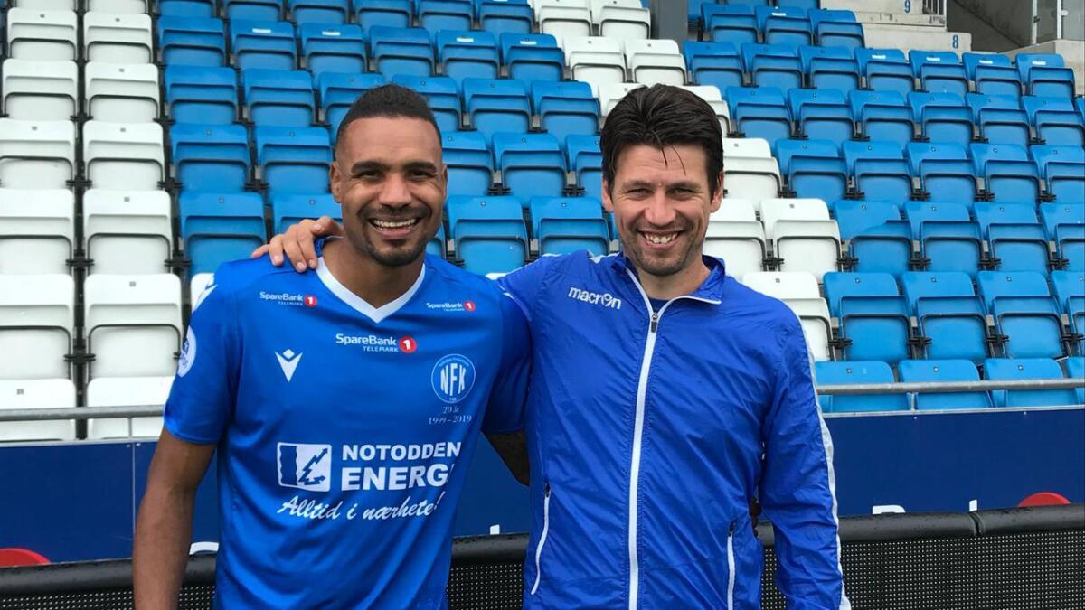 31-årige Marco Tagbajumi har signert en kontrakt ut året med NFK. Her med NFK-trener Kenneth Dokken.