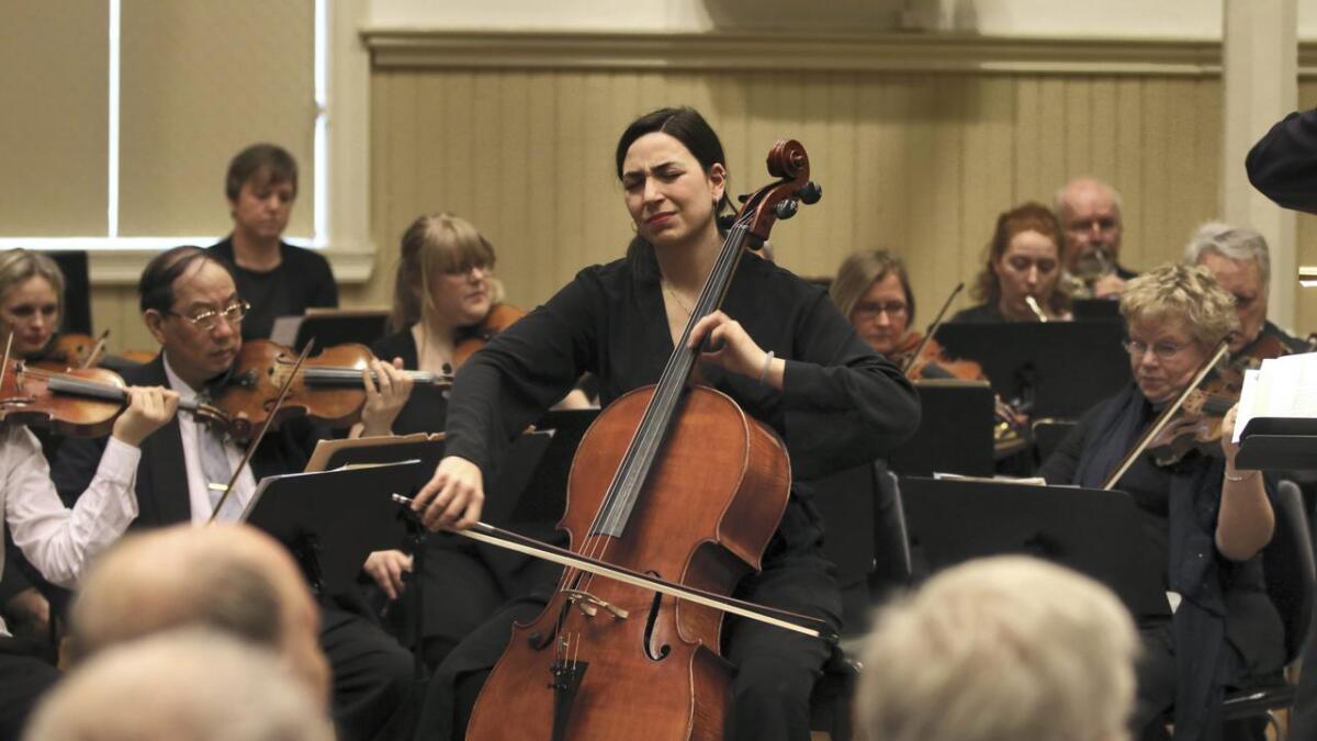 Cellist Carmen Bóveda Hermosilla spelar «Kol Nidrei» av Max Bruch saman med Fossegrimen.