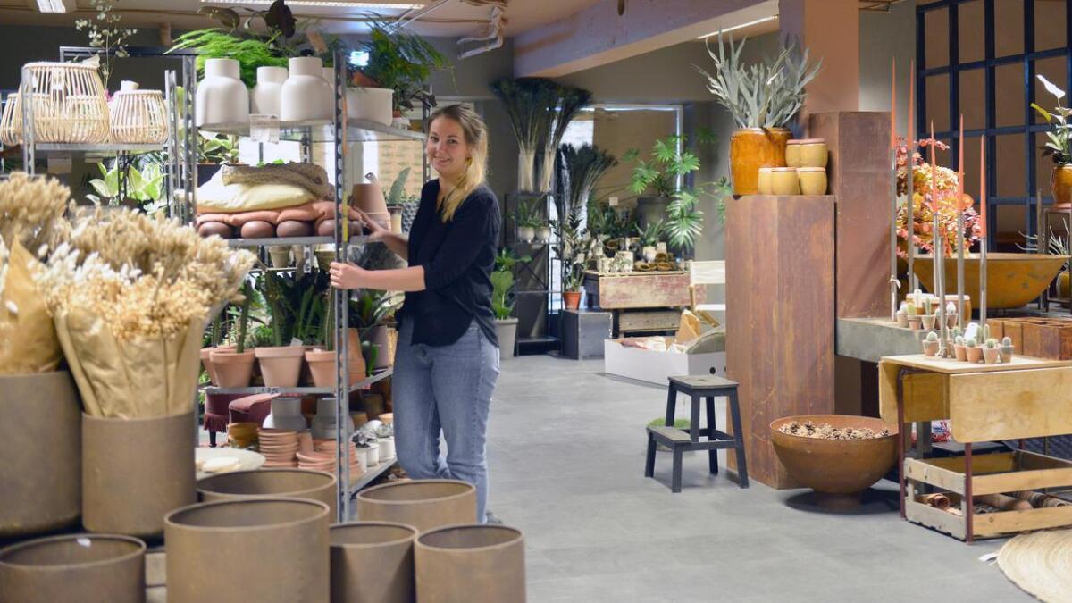 – Tørka, tørka, tørka, svarer Jeanine Støle Johansen på spørsmål om høstens blomstertrender. Fredag åpner hun dørene til nye Lillesand blomster.