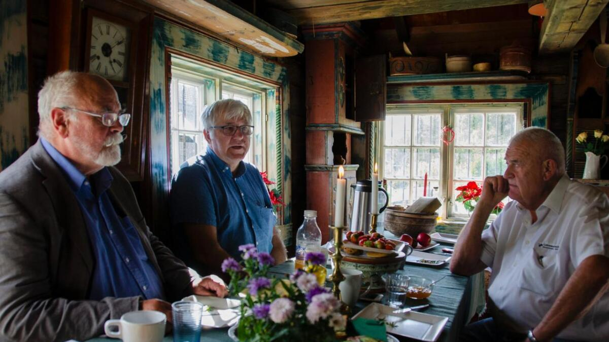 Pål Stensaas (f.v.), Knut Bronder og Per Egil Hesla snakka om søvnsjukdom, behandling og meistring under opent møte om søvn, sist torsdag på Pers Hotell.