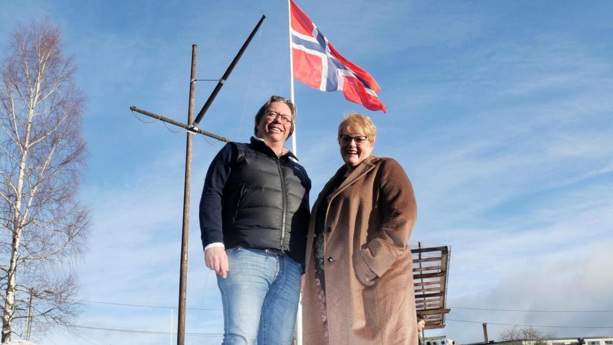 Eier og  sjef for Aanesland fabrikker, Gunnar Adolf Aanesland, håper å få minister Trine Skei Grande og staten med på å fremme norske tretårn til vindmøller overfor industrien.