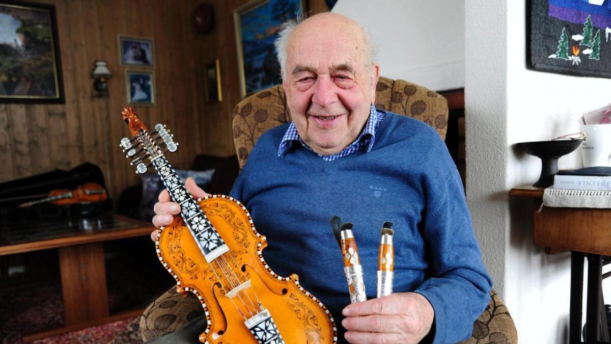 Bjarne Haug (90) har laga 33 hardingfeler og like mange bunadsknivar i hobbyverkstaden.