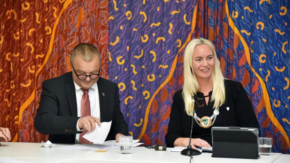 Gyro Heia måtte trekke pusten og nyte øyeblikket før hun skred til verks med sine første oppgaver som ordfører. Varaordfører Anders Christiansen til venstre. Alle foto. Sindre Haugen Mehl