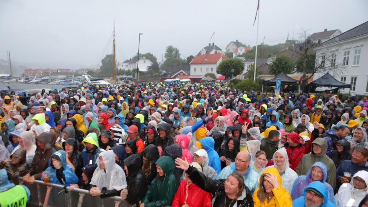 Med regnklærne på, er det helt innafor med utendørs sommerkonsert.