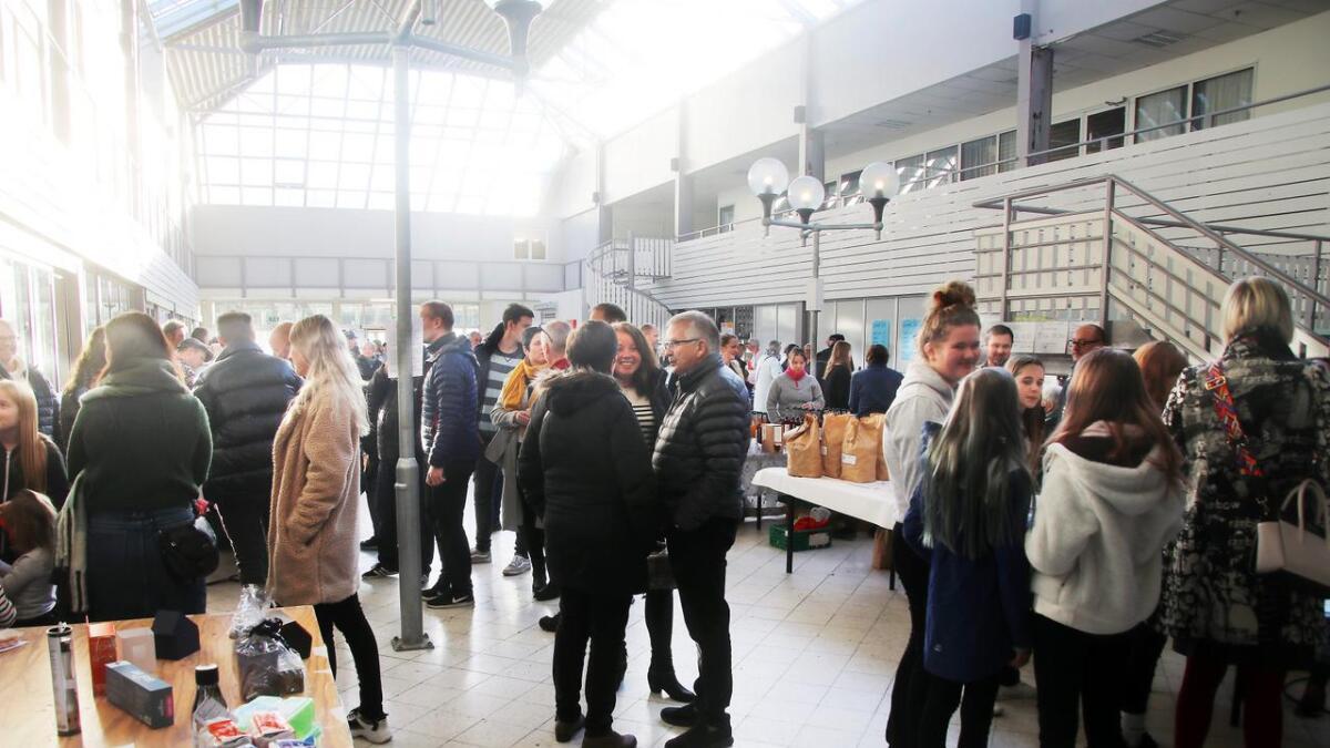 Mange tok turen innom matmarknaden på Vaksdal på laurdag.