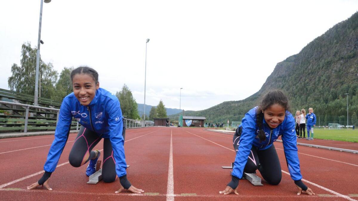 Abigail Ogoti (t.v.) vart nummer tre på 100 meter i Tyrvingleikane. I same klasse vart Gro Marcela Tvedt nummer sju.