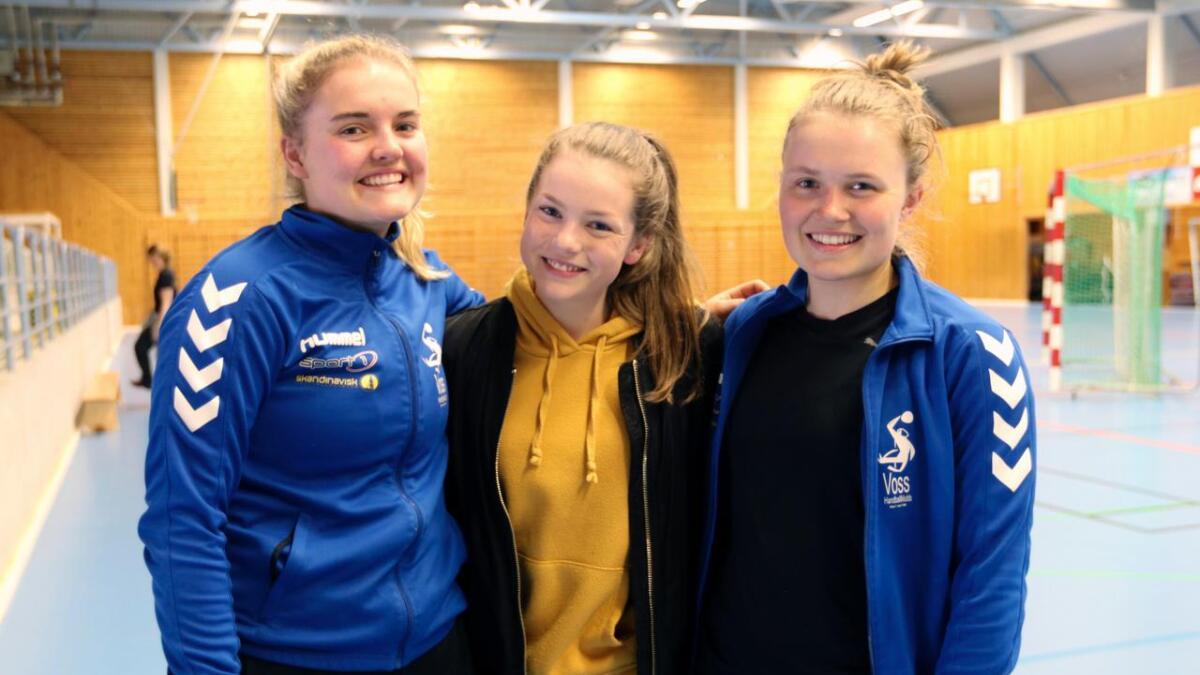 Jennifer Dral (til venstre), Ida Marie Trøen og Lena Linga Berge er klare til å gje jernet i Voss idrettshall.