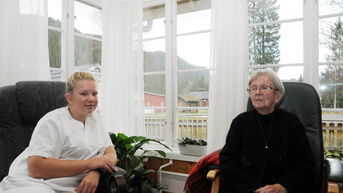 91 år gamle Aslaug Rue frå Seljord seier sjølv at ho er litt treg til å ut og gå tur. Men om Nora spør, då får ho fart i seg. –Då spring du nesten ut, minner Nora henne om.