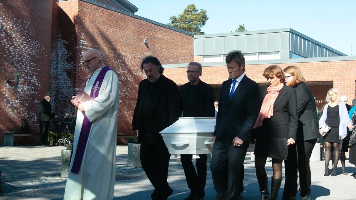Fra bisettelsen til kunstneren Kjell Nupen i Søm kirke i Kristiansand tirsdag. Bjørn Eidsvåg og Magne Furuholmen var med på å bære Nupen til hans siste hvile.