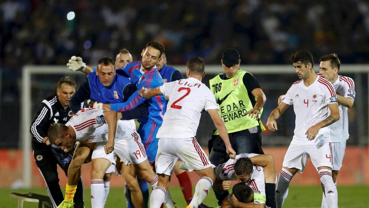 Det oppsto vilt slagsmål mellom spillerne. Herolind Shala (ikke med på bildet) er glad han kom noenlunde velberget fra koset som oppsto under kampen i Beograd.