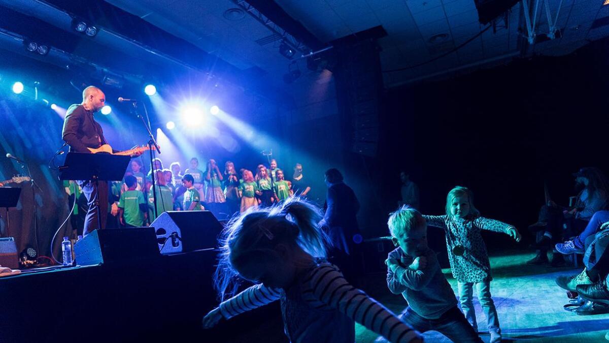 Det vart både dans og song under årets Badnajazz i Vossasalen.