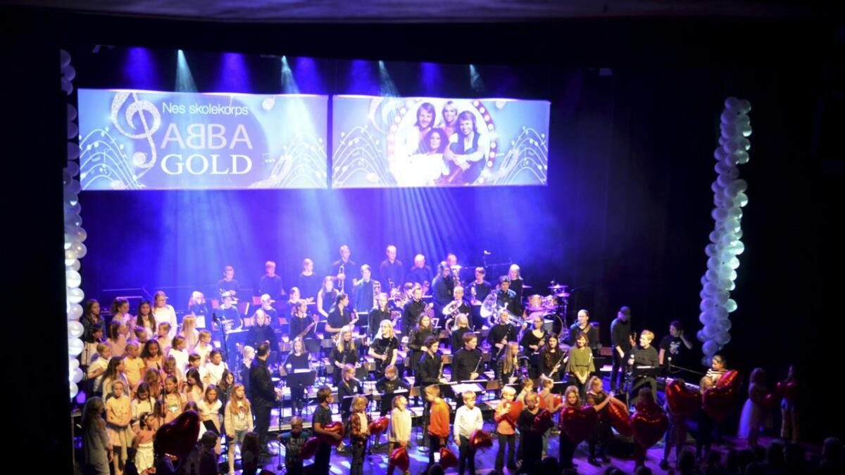 Søndag inviterte Nes skolekorps til konserten «Abba Gold». Med på konserten medvirket vokalist Hanne Sørby Husås fra Haga, Nes Soulchildren og korpsets eget husband. Med på bildet er også aspirantene som holder hjerteformede ballonger.