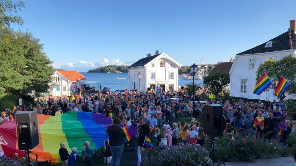Fjorårets Pride ble en suksess i Lillesand. Ikke minst da ordføreren lot Pride-flagget gå til topps i kommunens «hovedflaggstang». Nå har politikerne vedtatt at det ikke lenger er lov.