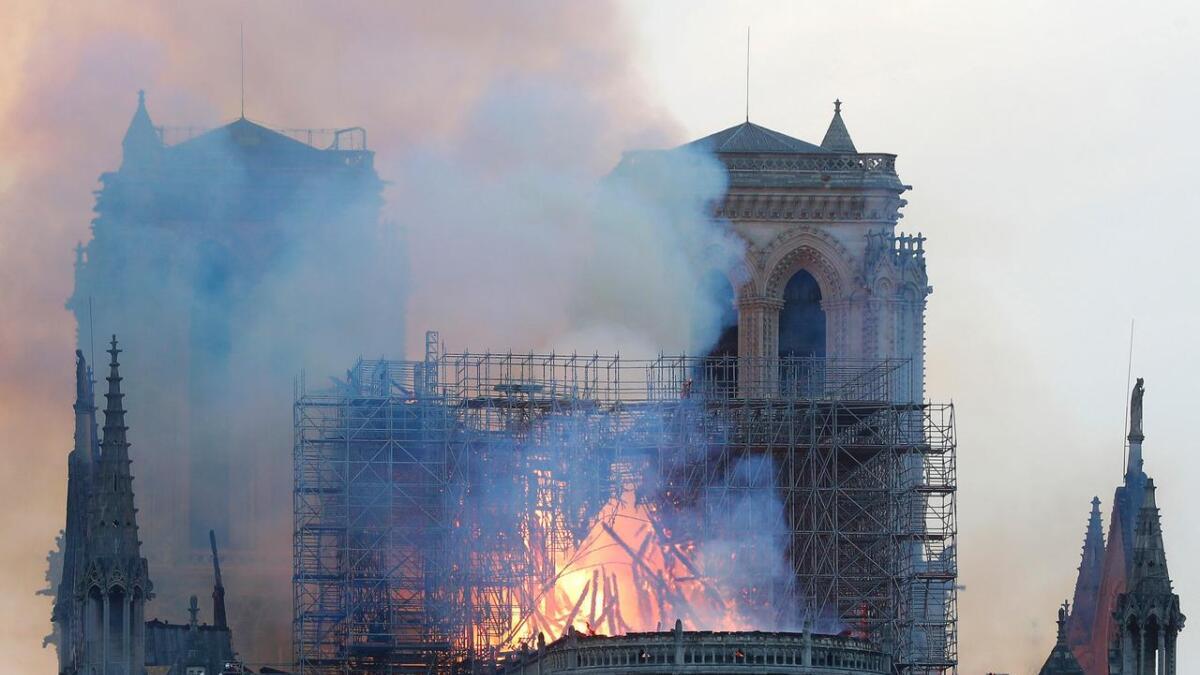 Notre-Dame-katedralen står i flammer.