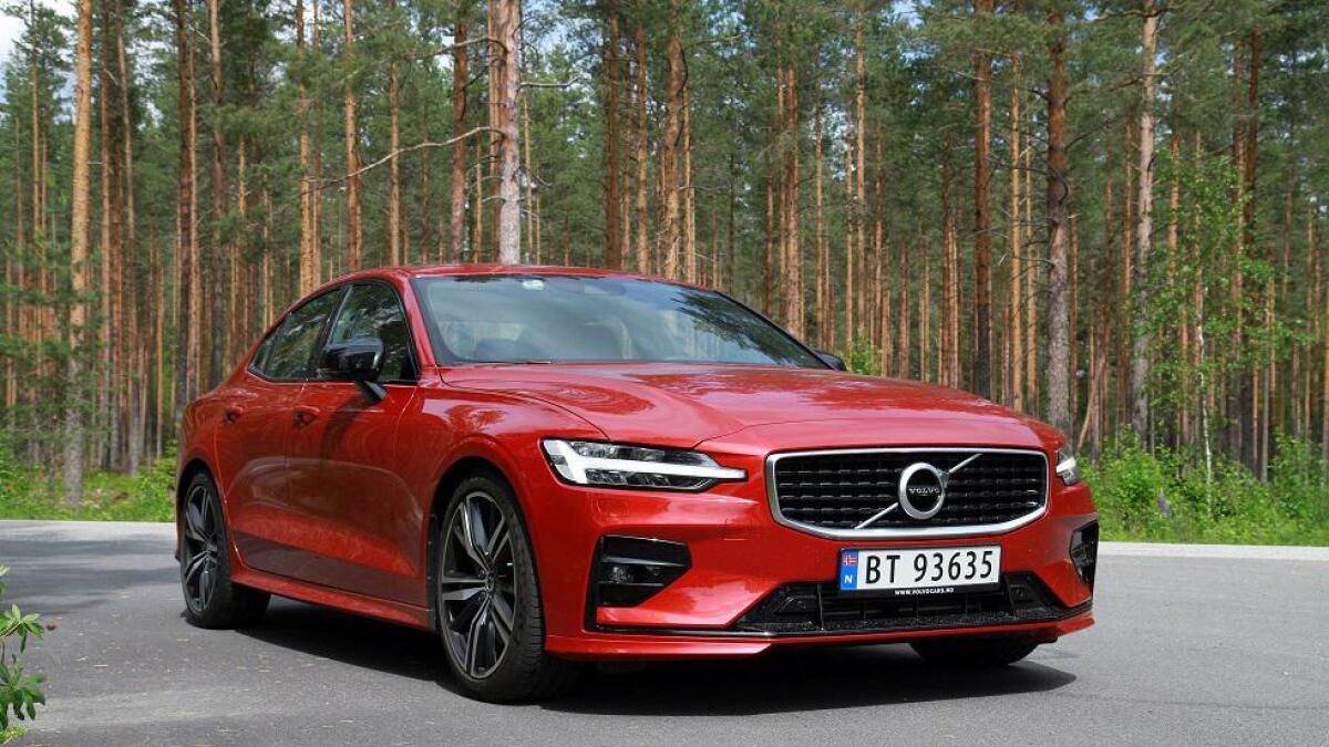 Ved introduksjon er S60 kun tilgjengelig med forhjulstrekk og en bensinmotor på 250 hestekrefter. Til høsten kommer ladehybriden.