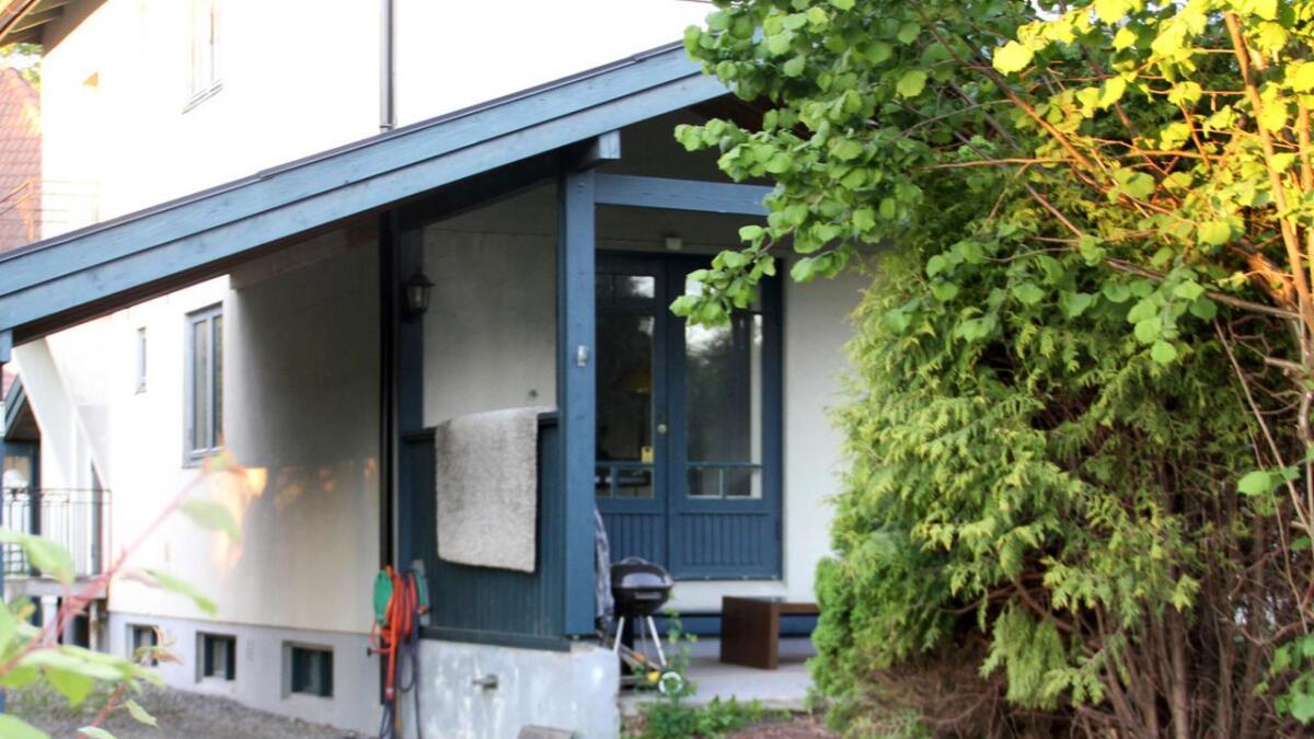 Her er boligen hvor tre menn har bodd den siste tiden. Politiet og Kripos startet undersøkelsene mandag formiddag.