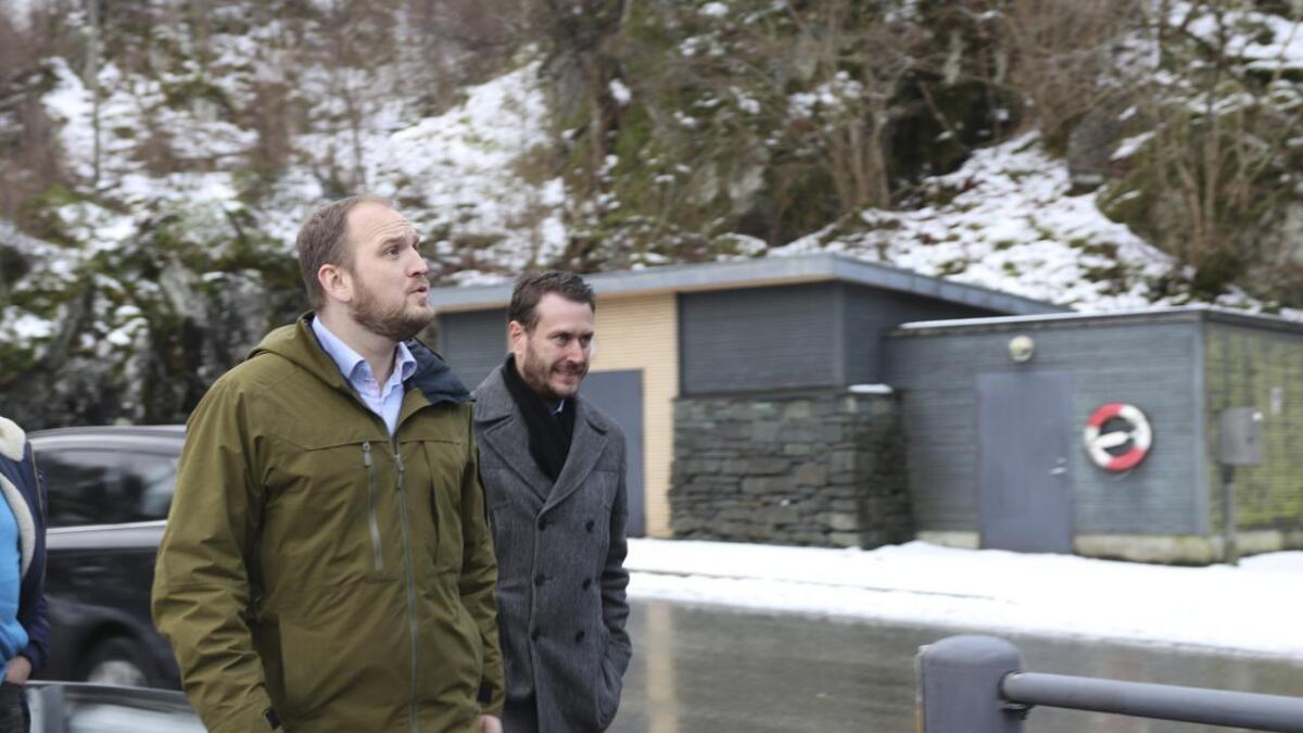 Helge Andre Njåstad (t.h.) meiner bompengepartia bommar i kritikken av Frp. Her med samferdsleminister Jon Georg Dale på Sandvikvåg.