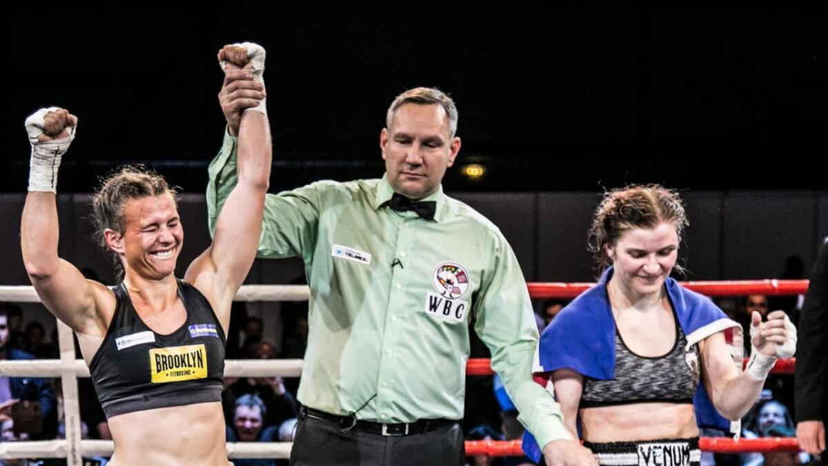 Katharina Thanderz (venstre) etter siger over Valgerdur Gudstensdottir (høgre) tidlegare i karrieren.