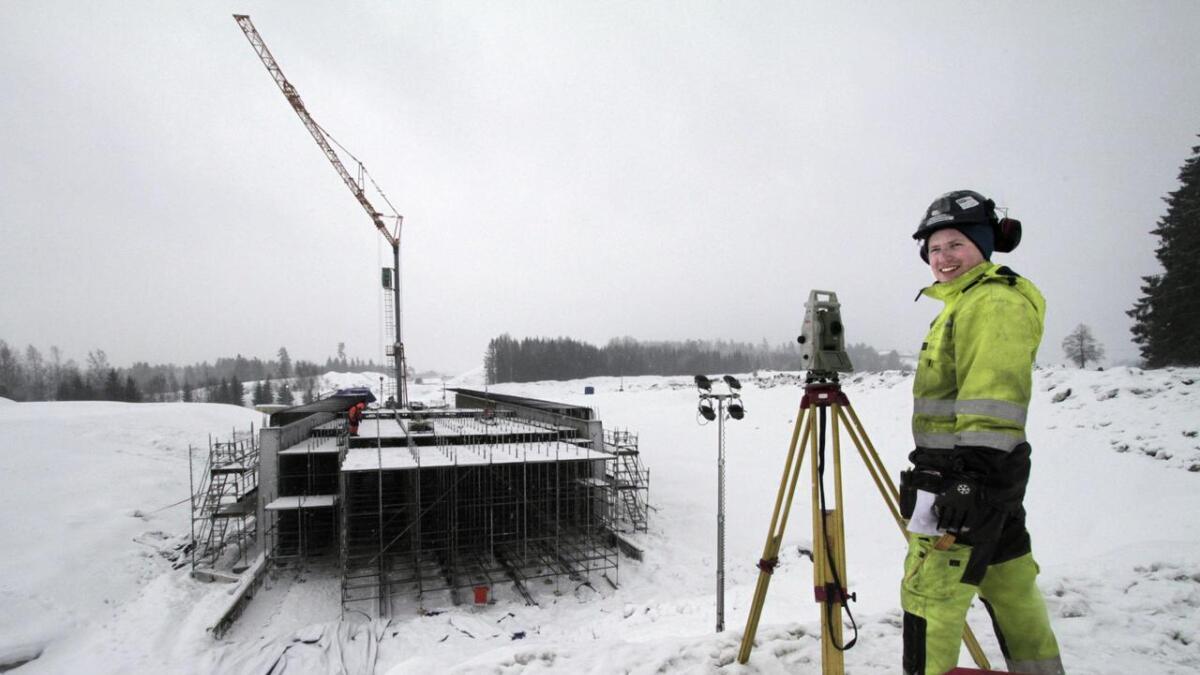 Oppmålingsingeniør Sondre Aamaas fra Geoingniørene tar ut høyde på ei ny bru i Solum. Rv. 36 Skyggestein – Skjelbredstrand til 589 millioner kroner blir 3,6 kilometer og bygges som tre felts vei. I år skal det brukes 290 millioner kroner på veien.