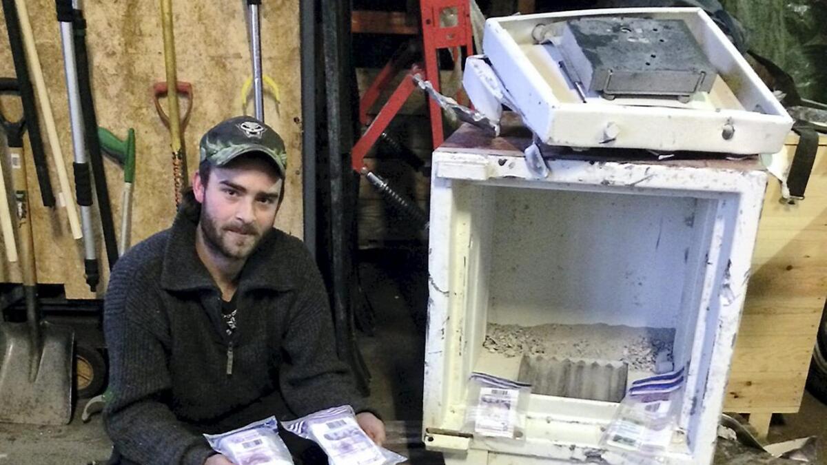 I 15 minutter slet John Erik Tveitdal med å få opp døren til safen. Hakesleppet ble et faktum da 22-åringen fra Arendal fant 117.174 kroner inne i safen som var dumpet.