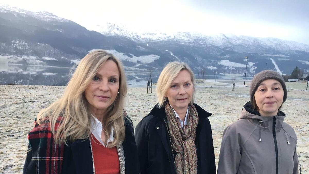 Liv Bernhoft Osa, Ingjerd Dymbe Anda og Anne Arneberg oppmodar vossingane til å koma på møtet i venelaget for Hustveit gard onsdag 16. januar.