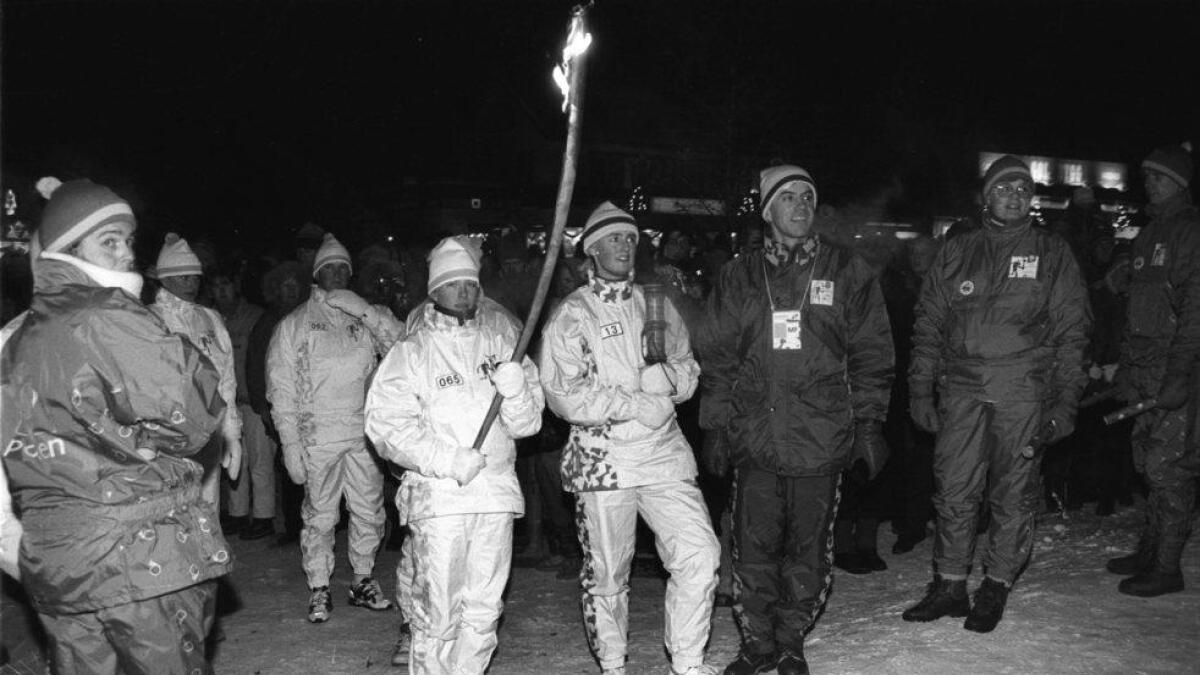 OL-elden kjem til Gol. Skøyteløparen Esther Stølen sprang siste etappen med elden, og Karin Akerlie bar bodstikka.