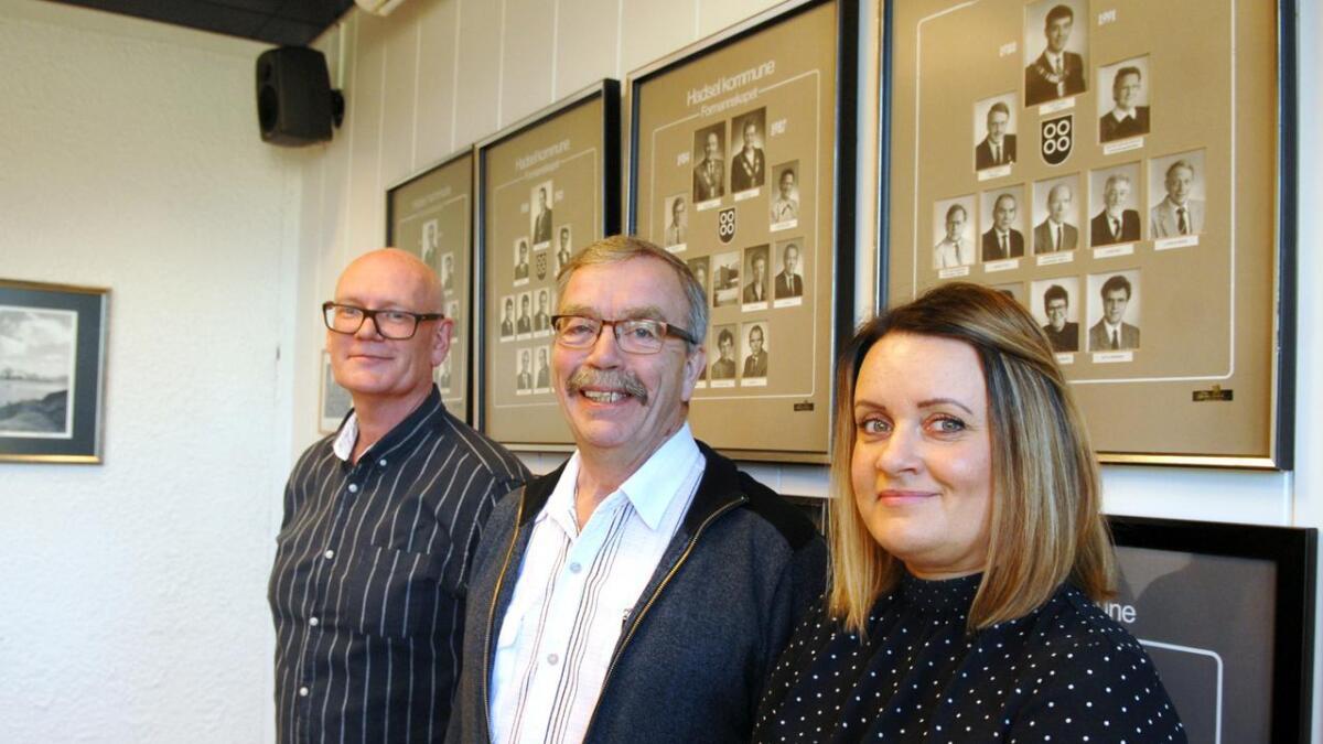 Påtroppende ordfører Kurt Jenssen (Sp) flankert av påtroppende varaordfører Lena Arntzen (H) og Åge Rusten (Ap).