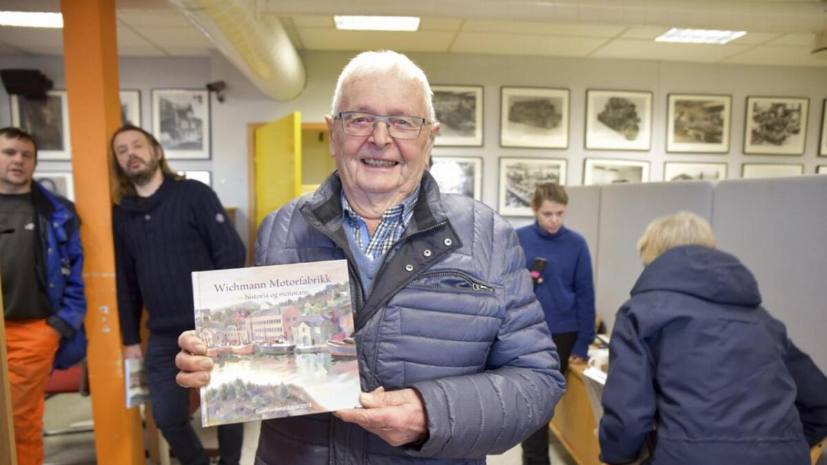 – Dette er ei viktig bok, seier Arne Haldorsen som skulle heim og lesa den ferske boka om Wichmann Motorfabrikk rett etter boklanseringa. Han er sjølv intervjua i ein av artiklane.
