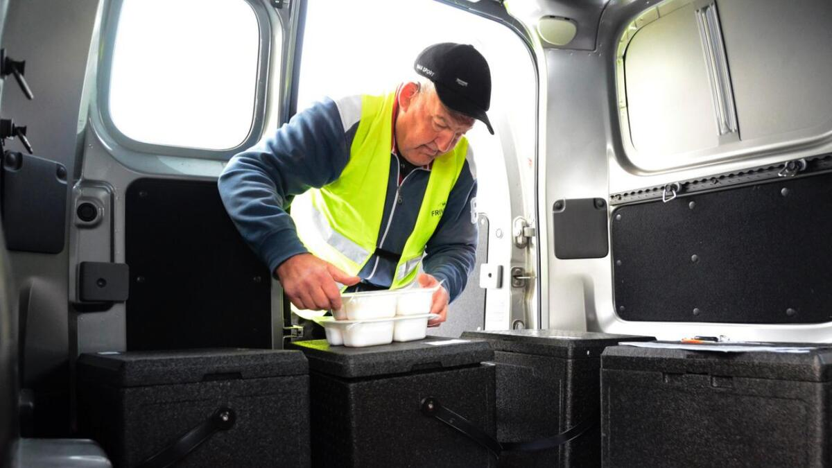 Hans Eidsgaard er ein av dei som har engasjert seg med frivillig arbeid i regi av frivilligsentralen i Gol. Biletet er frå ein reportasje frå 2015 om innsatsen som blir gjort for køyre ut varm middag til heimebuande eldre.
