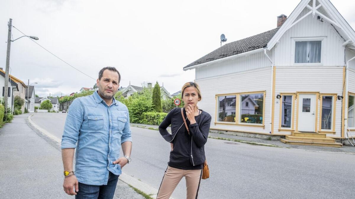 Samboerparet Babek Beigi og Louise Ramsåsen serverer gratis kaffe og kake i påvente av bevilling.