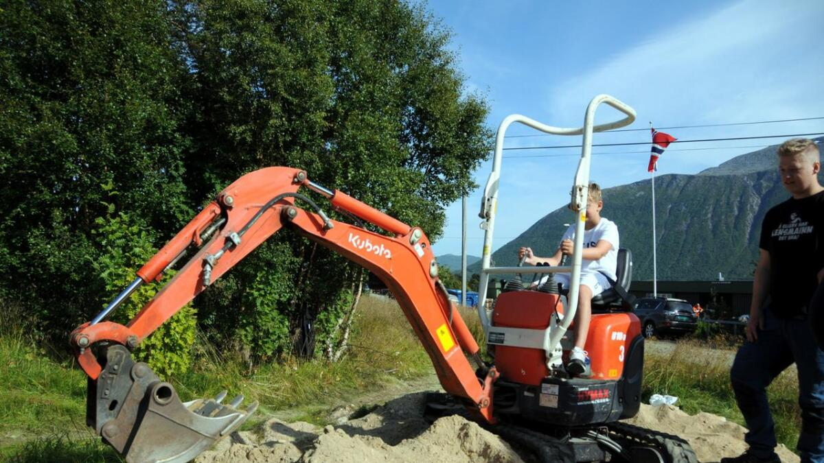 En annen populær aktivitet var å kjøre gravemaskin. Her er det Emil Skagen som prøver seg.