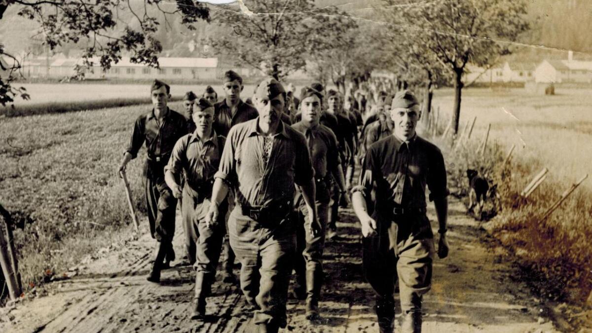 Kompanisjef Henrik Brun i front ved treningsleiren for Den norske legion ved Gulskogen i 1941.