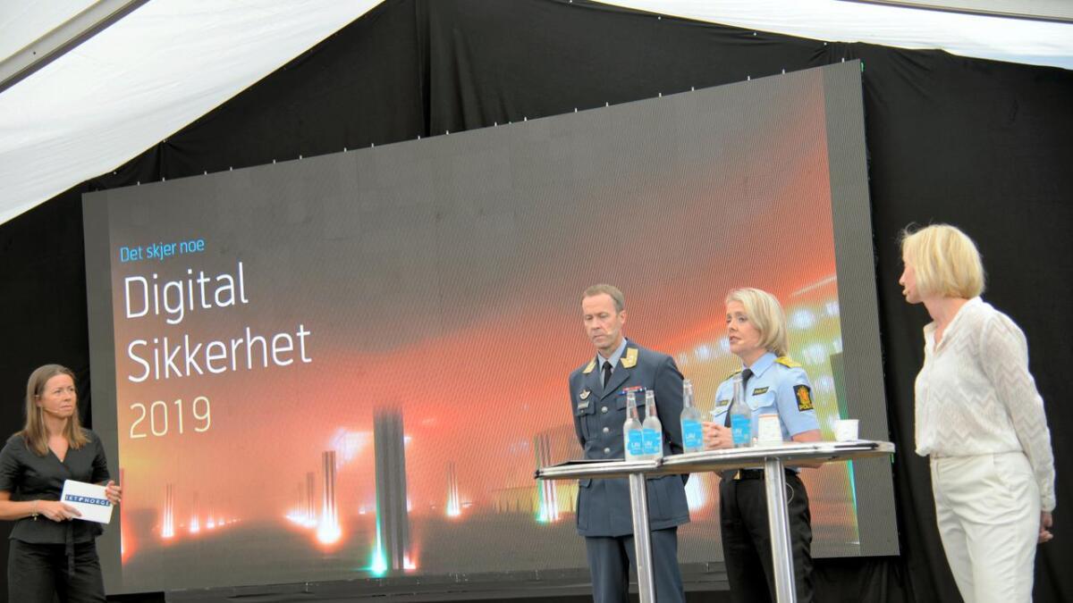 Heidi Arnesen Austlid, adm.dir. IKT-Norge ledet samtalen med, generalmajor Inge Kampenes, sjef for Cyberforsvaret, Marie Benedicte Bjørnland, politidirektør og, Hanne Tangen Nilsen, sikkerhetsdirektør i Telenor Norge.
