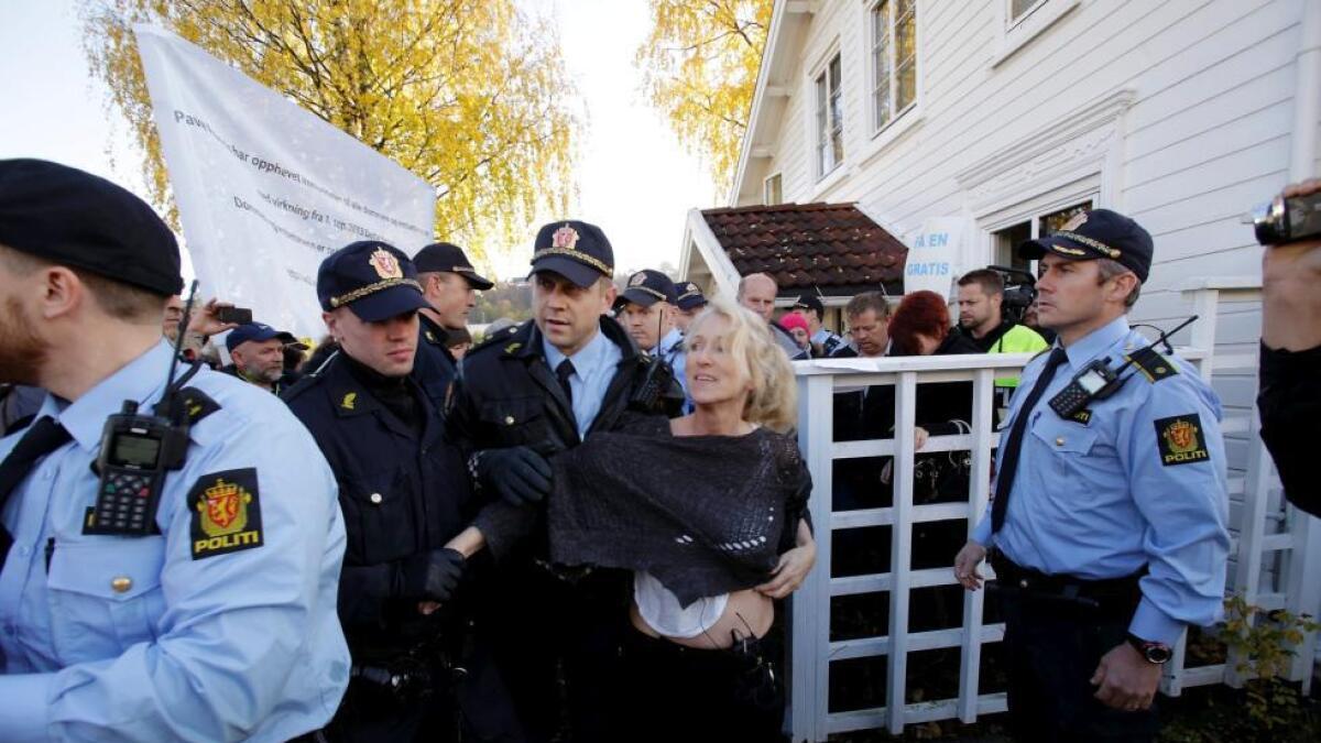 Ingunn Røiseland (50) ble hentet av politiet 20. oktober siden hun har vanskeliggjort tvangssalget av boligen sin på Gråten i Skien.