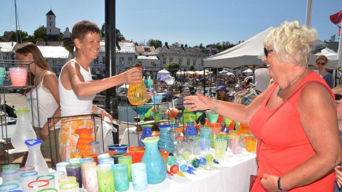 Glasskunstner Stine Hoff fra Bergen har vært på Villvin-markedet i mer enn 15 år. Både hun og Else Hollingsæter Tømmerbakk var svært fornøyde med handelen.